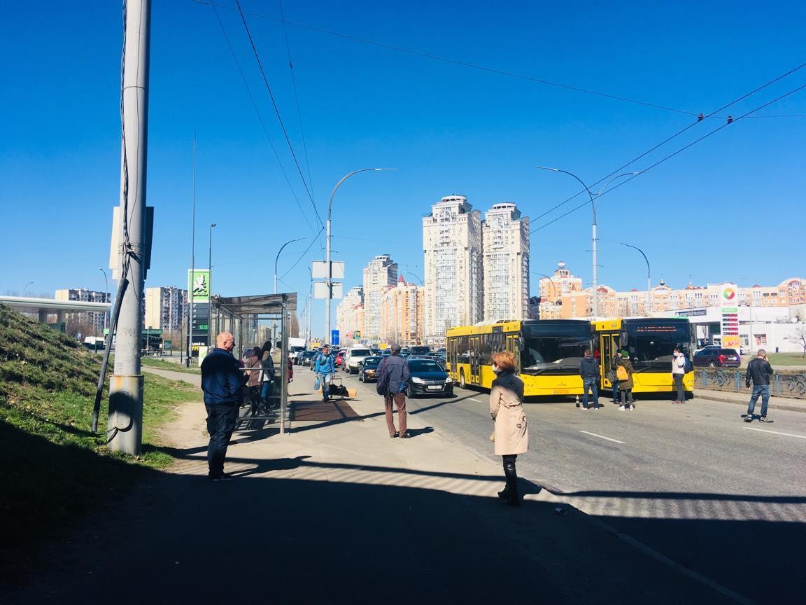 Население блокирует работу транспорта, требуя перевозить больше установленных лимитов / фото facebook.com/kiev.klab