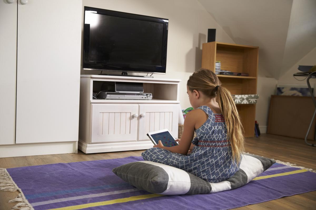 Эксперты призываютограничивать время, котороеребенок тратит на просмотр телевизора \ фото: ua.depositphotos.com