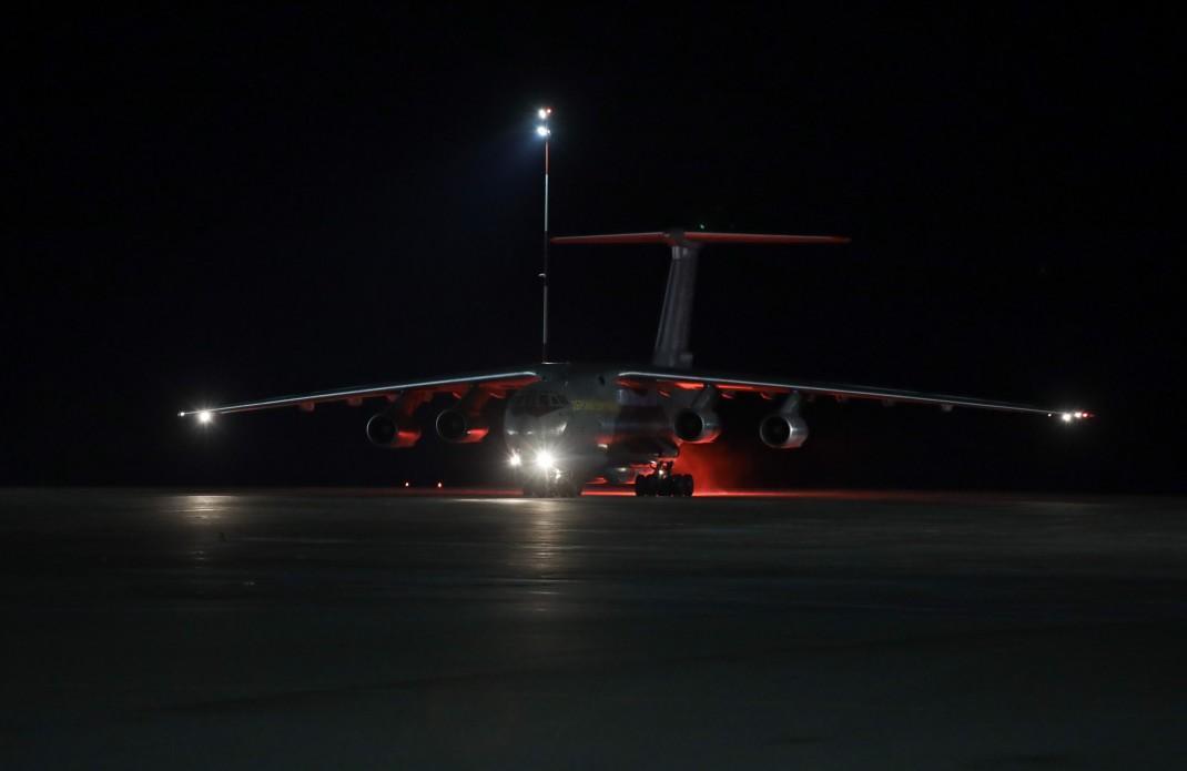 После завершения дезинфекционных мероприятий санитарными службами самолет начнут разгружать / фото: Офис президента
