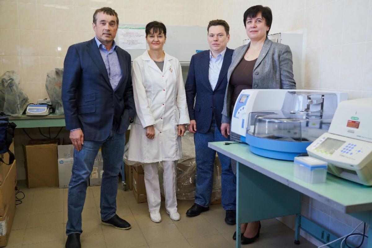 Оборудование позволяет готовить пробы и проводить ПЦР-анализ