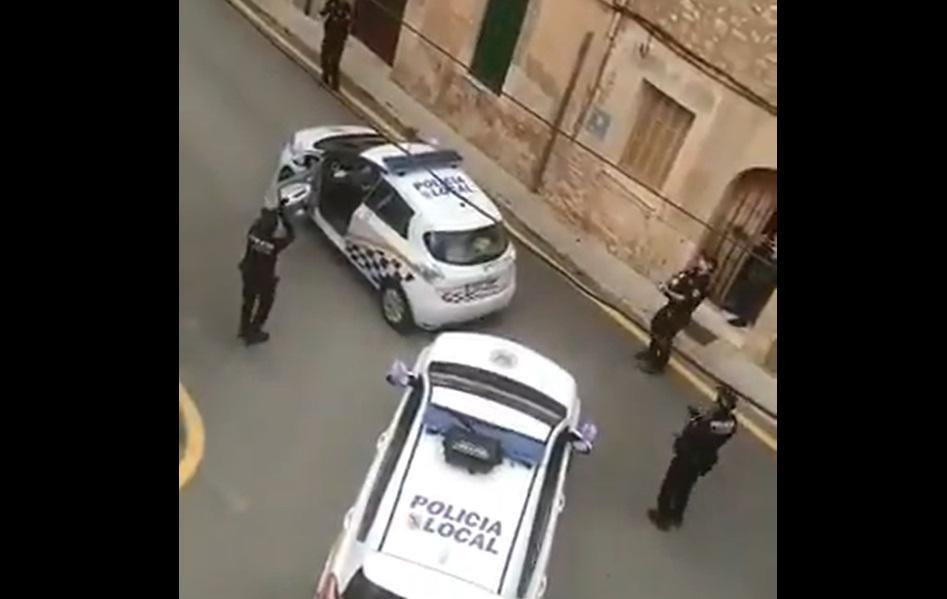 Испанская полиция дает уличный концерт / Twitter,  Pere Cerón