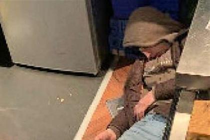 Рядом с вором лежали нож и сумка с украденными товарами/Фото: Kent Police
