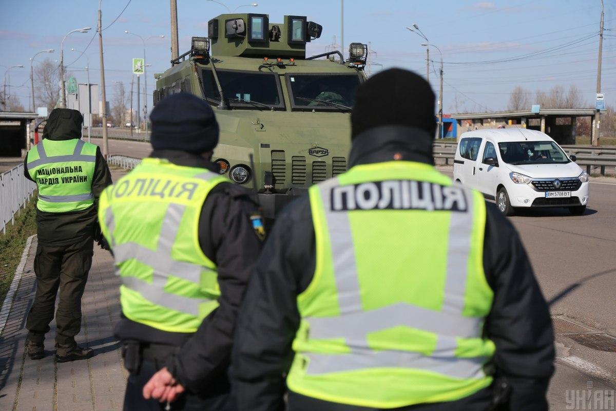 На въезде в столице несут службу, кроме работников Нацполиции, нацгвардейцы/ фото УНИАН