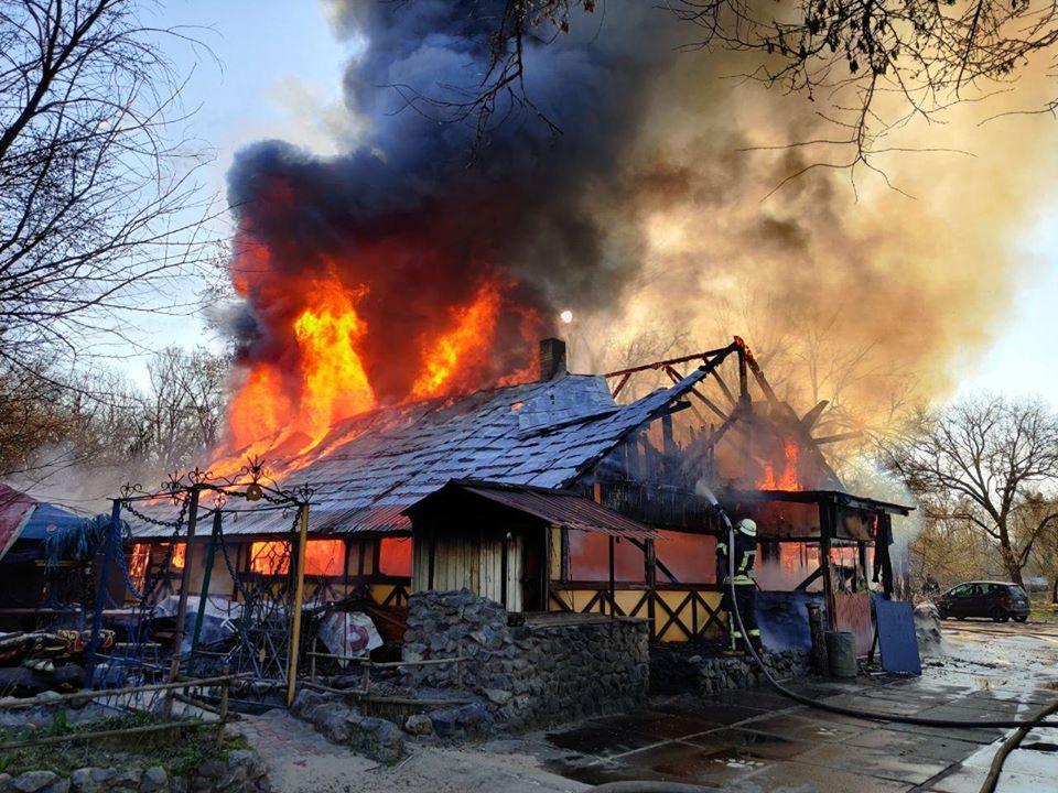 В Киеве сгорело деревянное здание кафе / Фото: ГСЧС