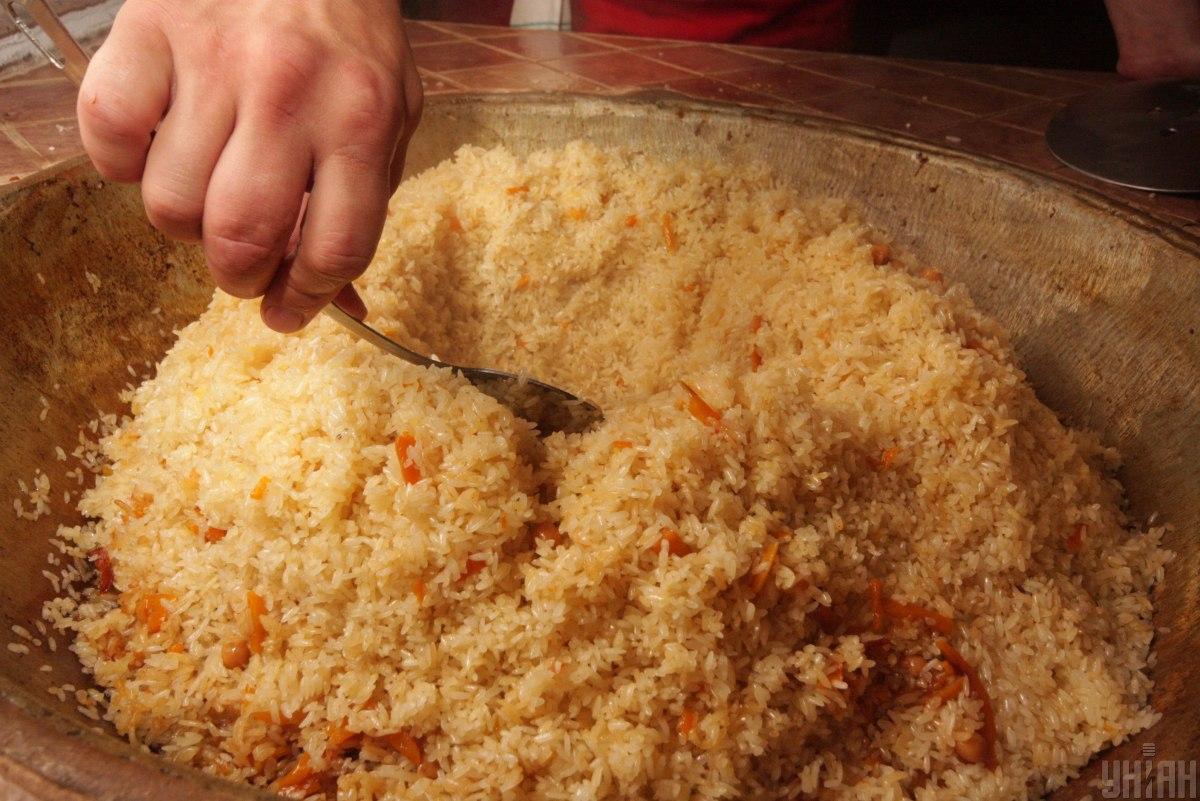 Плов готують з длинозерного рису / УНІАН