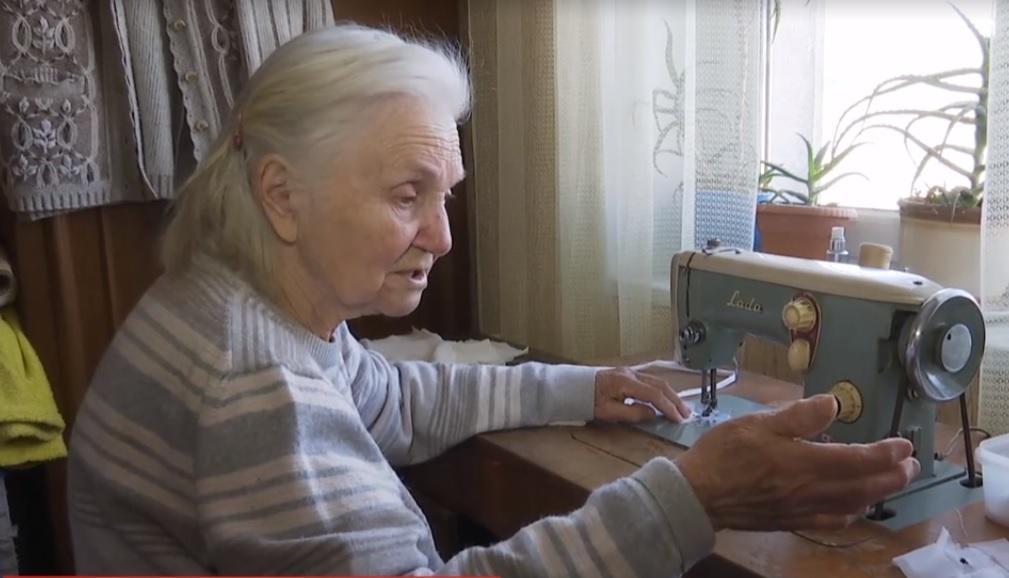 Пенсионерка Лидия шьет чуть ли не на ощупь, ведь плохо видит / скриншот