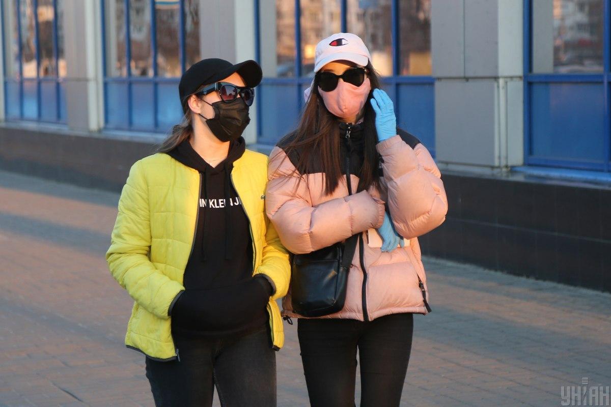 Без масок на улицу выходить нельзя, также нужно держать дистанцию 2 метра / Фото УНИАН