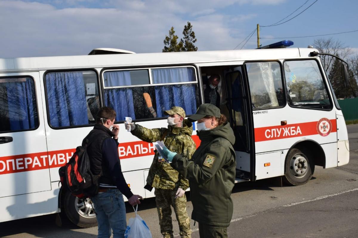 27 марта через значительное увеличение количества граждан ГНСУ пришлось на некоторое время открыть пеший направление / фото mvs.gov.ua