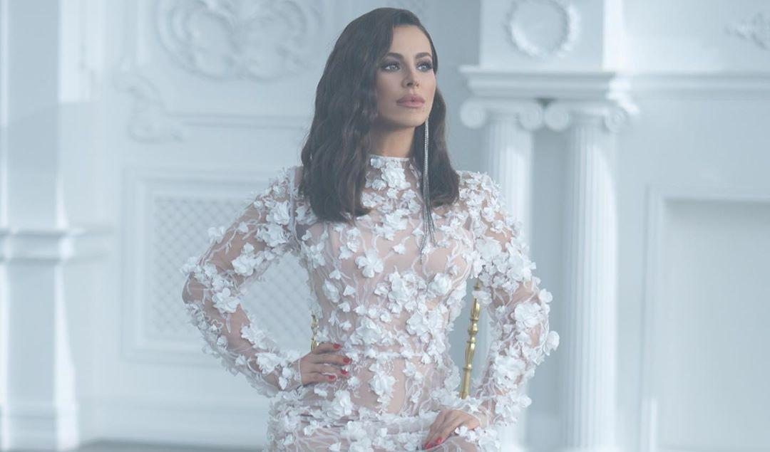 Ані Лорак підірвала мережулуком убілій сукні / фото instagram.com/anilorak