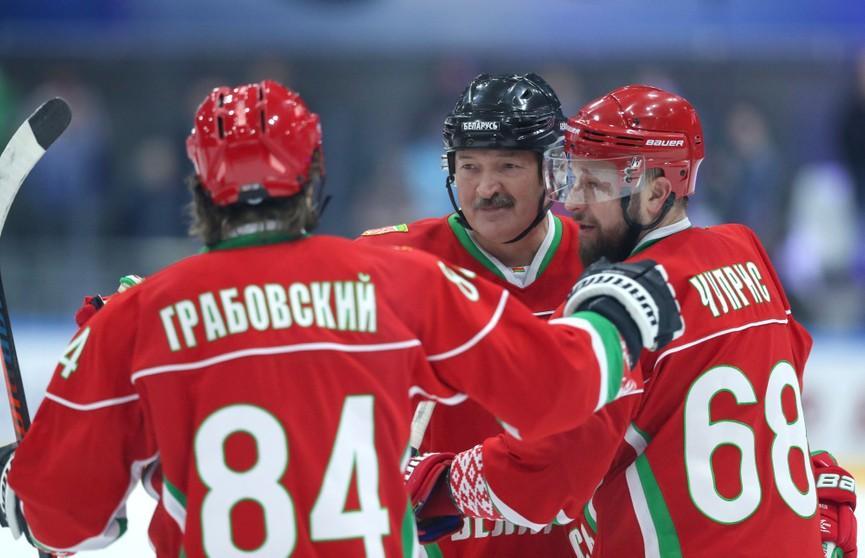 Александр Лукашенко играет в хоккей среди любителей / фото: ont.by