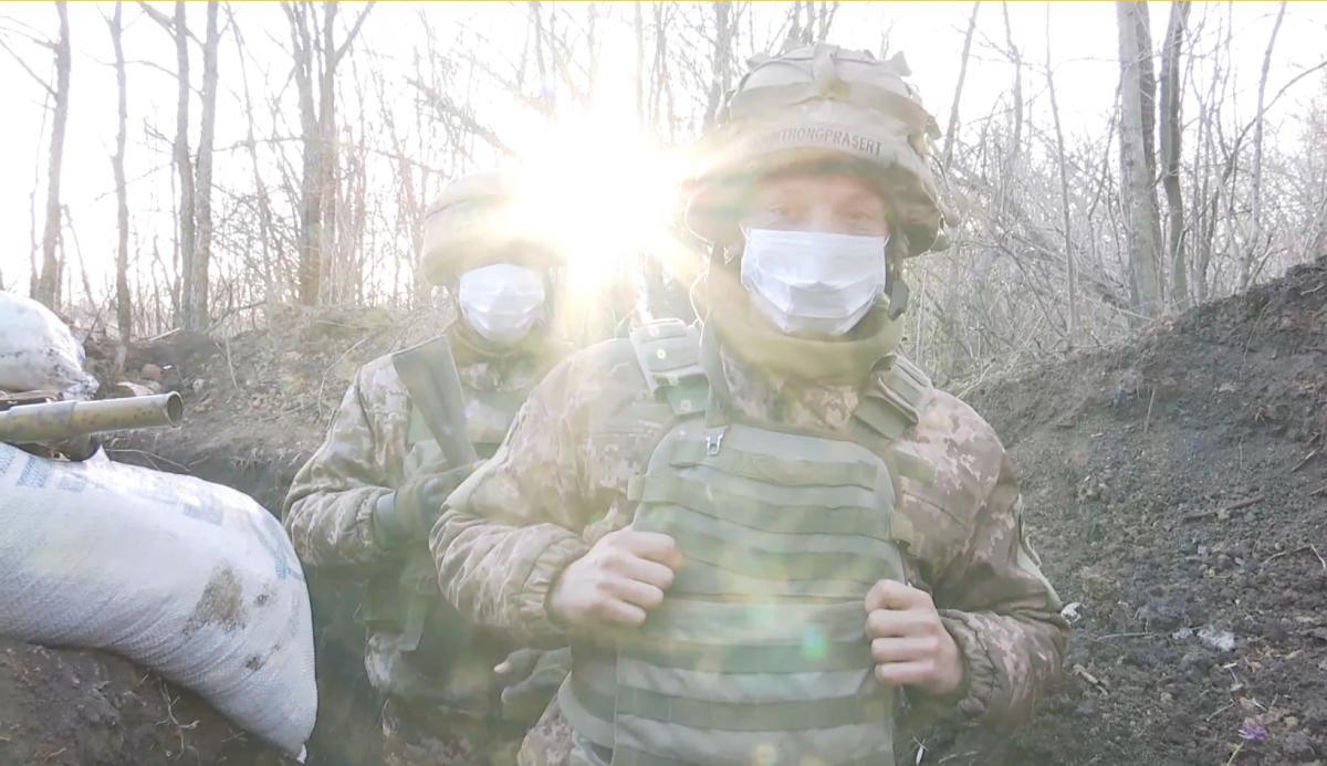 Українським бійцям доводиться воювати на два фронти / скріншот