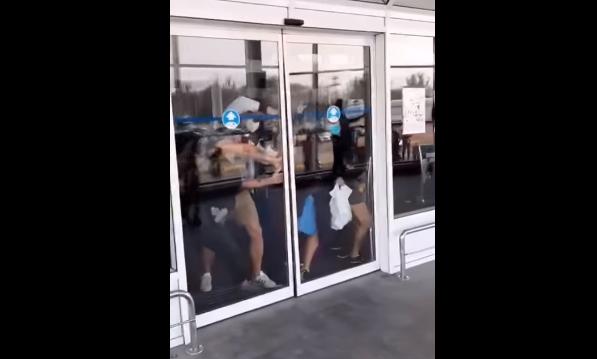 Люди пытались выбить дверь и убежать через полосу контроля / скриншот