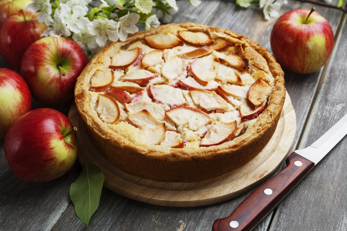 Шарлотка с яблоками / Фото: depositphotos