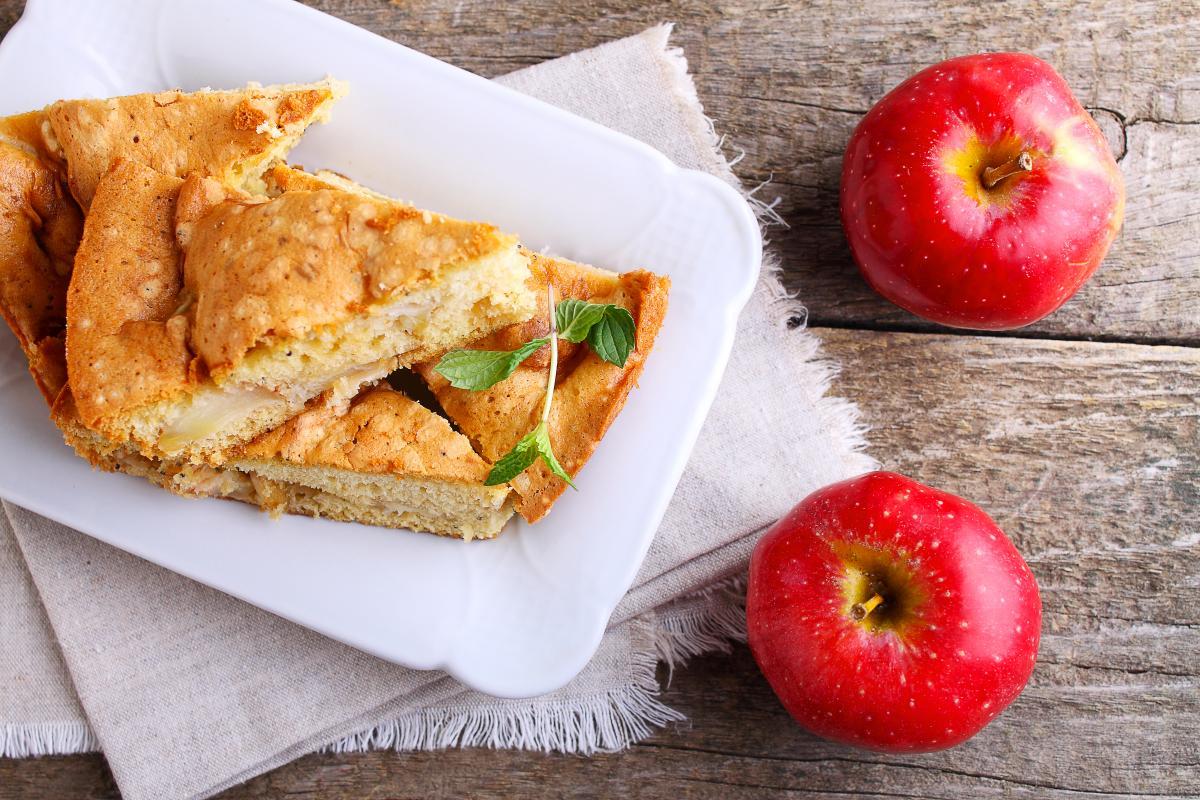 Яблочная шарлотка / Фото: depositphotos