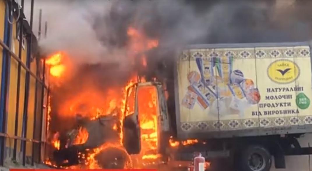 Вогонь охопив вантажівку / скріншот