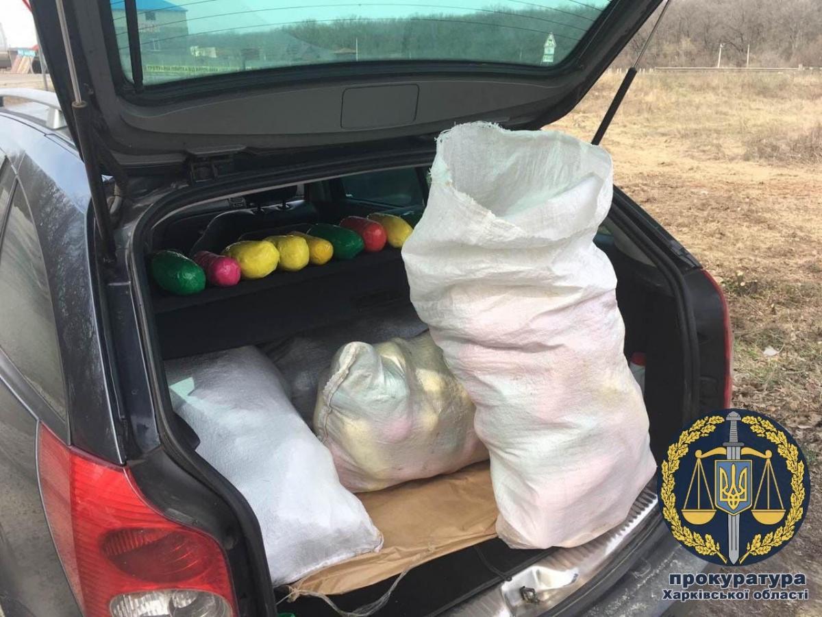 В автомобиле нашли брикеты с каннабисом общим весом около 110 кг / фото gp.gov.ua