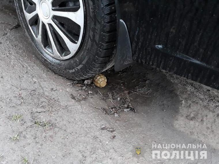 Гранату нашли под колесом / Фото: Нацполиция