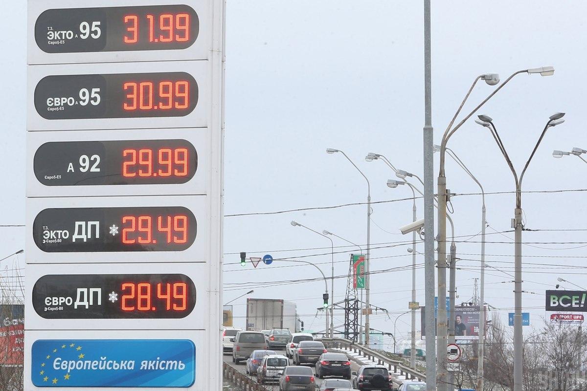 С декабря 2019 года цены на бензины и дизтопливо на АЗС Украины снизились в среднем на 13 процентов / Фото: УНИАН