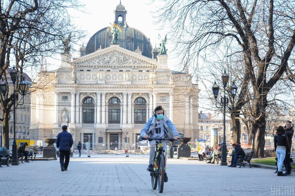 У Львові через перехід до «жовтої» зони карантину дозволили роботу кафе, ТРЦ та закладів культури / фото УНІАН