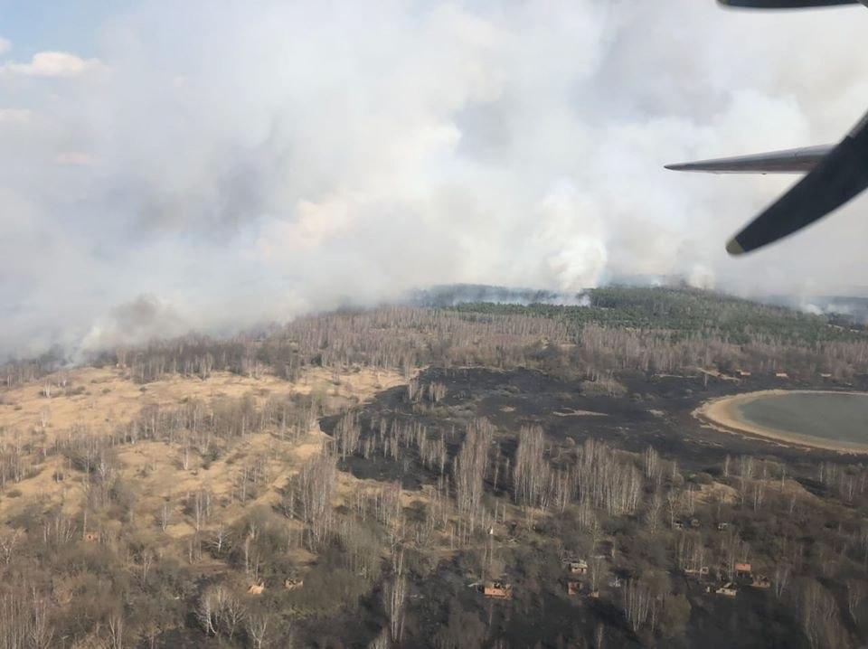 Ликвидация лесного пожара в зоне отчуждения продолжается / dsns.gov.ua