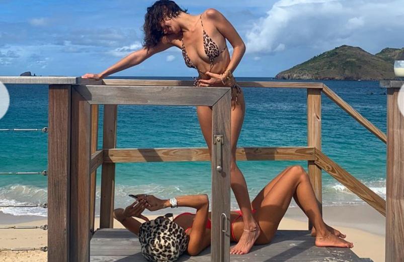Хадид со своей подругой на пляже / instagram.com/bellahadid