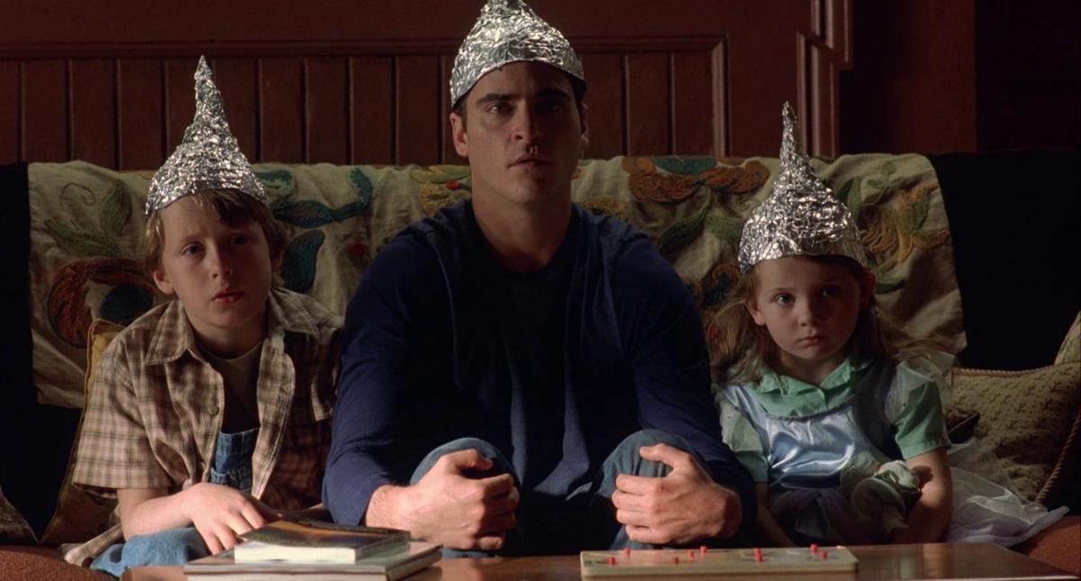 """Сторонники теории заговора верят, что вышки 5G вызывают коронавирус / скриншот фильма """"Знаки"""""""