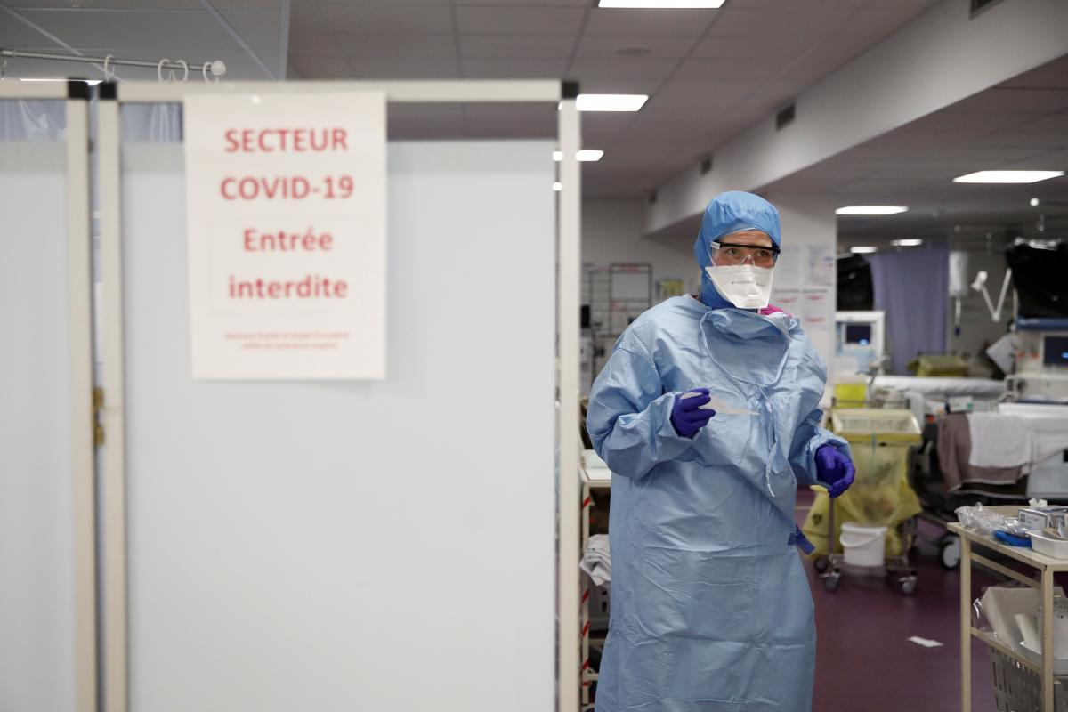 От коронавируса умерли уже почти 900 тыс. человек / Иллюстрация REUTERS