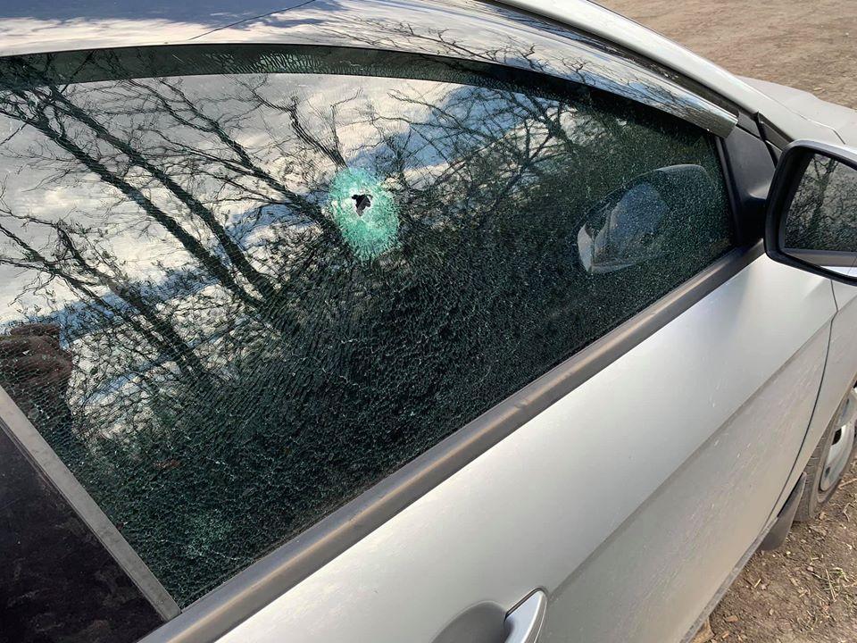 Осколок пробил насквозь боковое стекло автомобиля / фото: facebook/Oleksandr Makhov