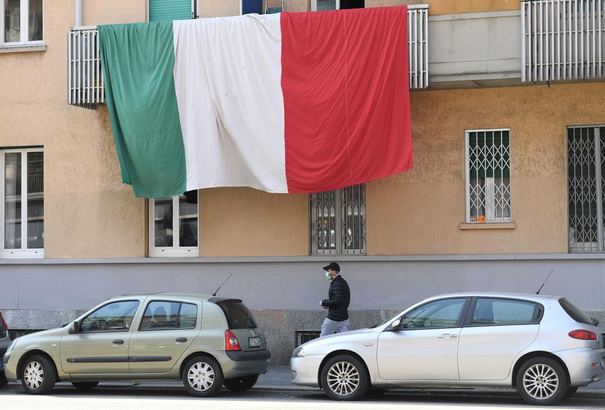 В столичном регионе Италии ввели обязательное ношение маски на улице \ фото REUTERS
