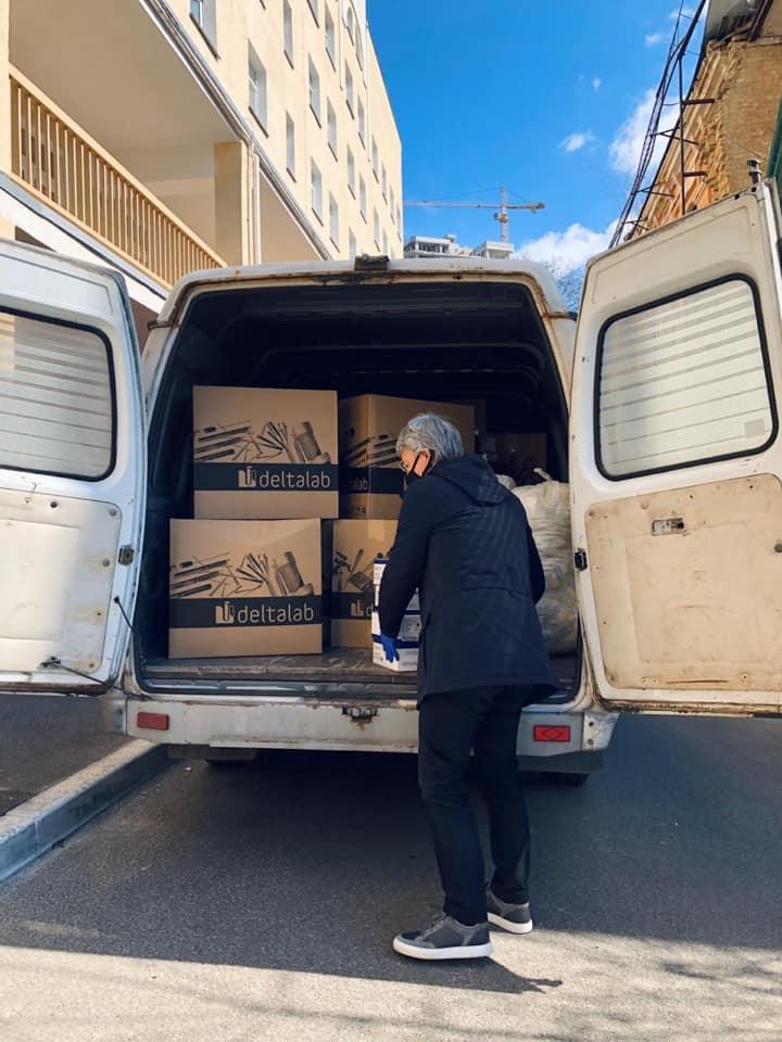 Олександр Ткаченко допомагаємедикам, передаючи їм елементизахисту / фото УНІАН