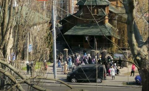 Люди собрались с детьми возле церкви / скриншот