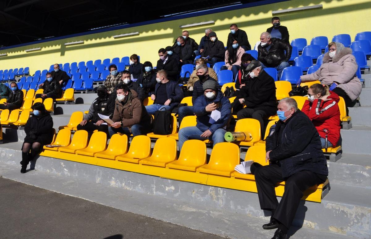Заседание провели на стадионе / facebook.com/DergachiRDA