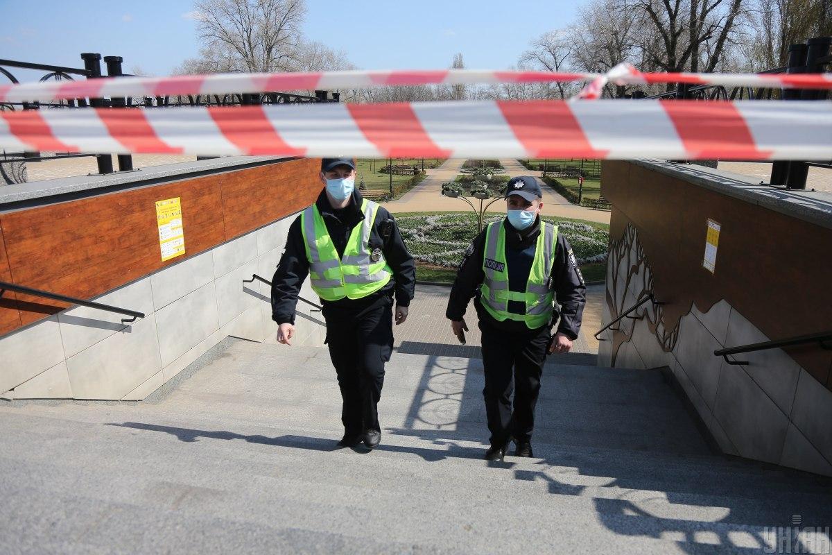 В праздничные дни правоохранители будут контролировать соблюдение правил в парках, скверах, возле храмов / Фото: УНИАН