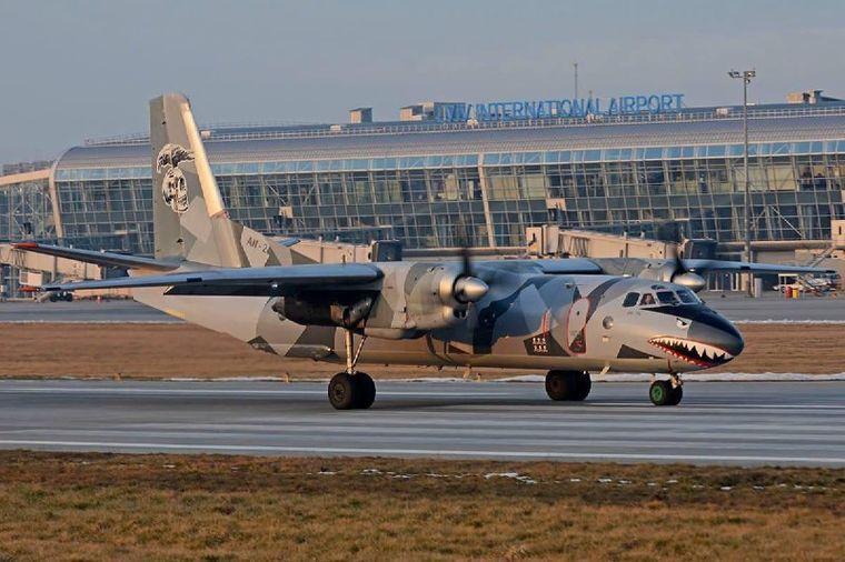 Літак Ан-26 першим відправився з аеропорту Львова/ фото: Владислав Криклій/Telegram