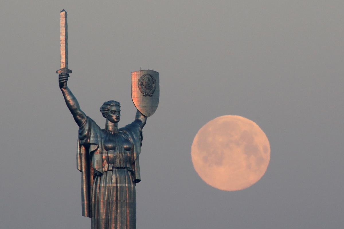 Монумент до сих пор украшает советская символика / фото REUTERS