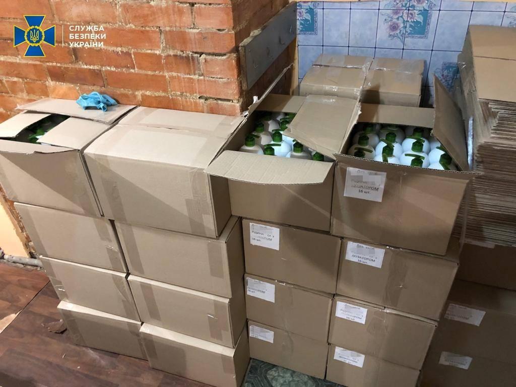 СБУ вилучила понад 10тисяч літрів готової фальсифікованої продукції/ фото facebook.com/SecurSerUkraine/