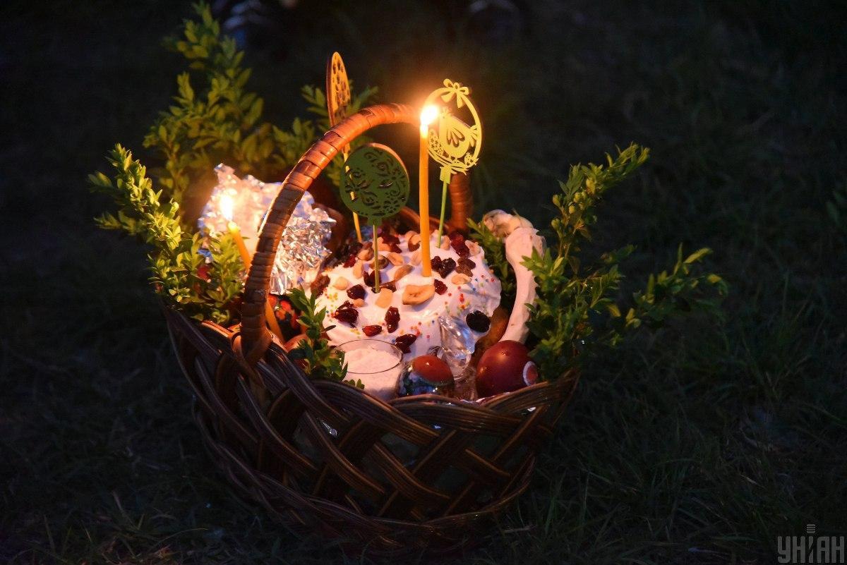 Освящение пасхальной корзины дома / фото УНИАН