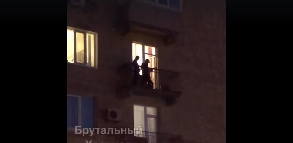 Музыканты дали концерт прямо на балконе / Фото: скриншот