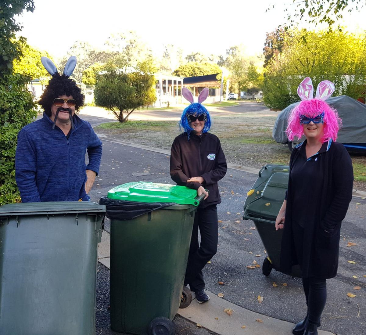 Австралийцы выносят мусор в экстравагантном наряде / Facebook.com