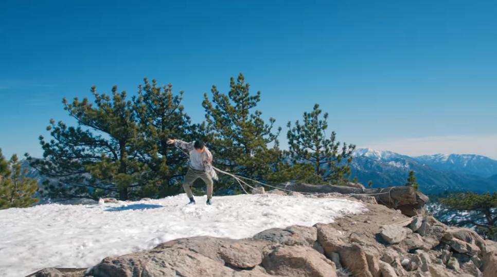 В клипе снялся хореограф Шин Лью \ скриншот с видео