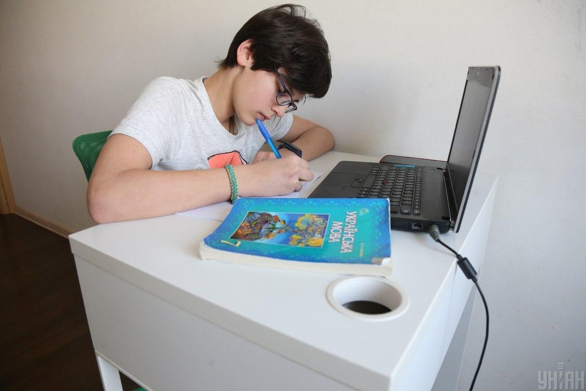 Осенью школьники могут продолжить дистанционное обучение дома/ фото УНИАН