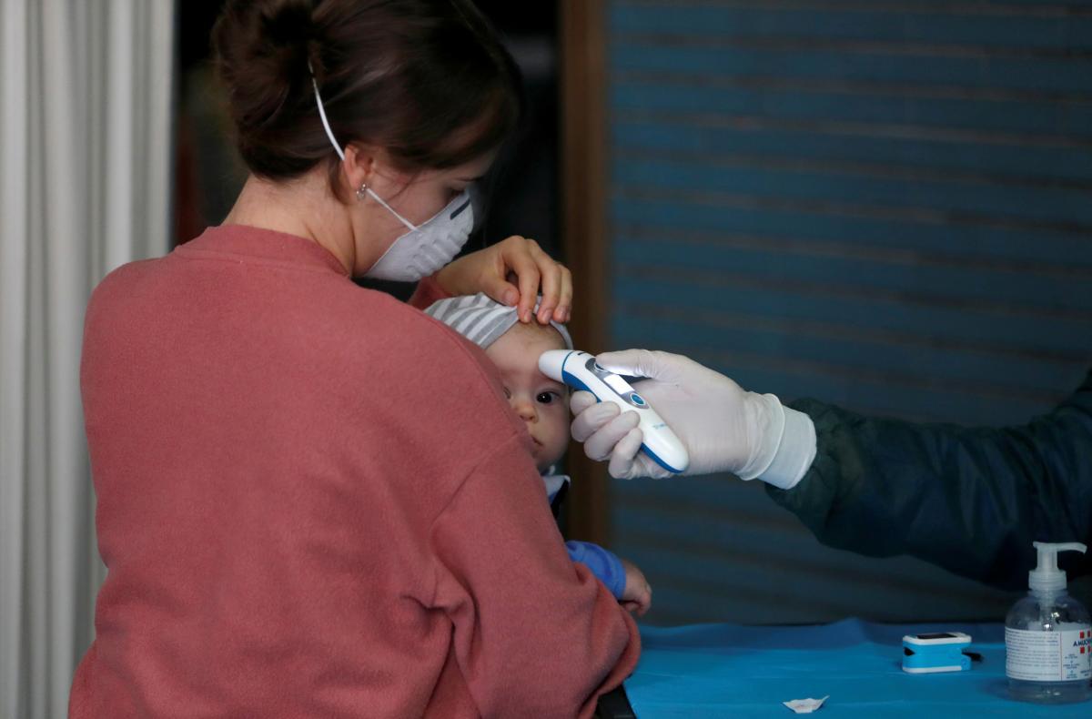 За минувшие сутки в Украине на COVID-19 заболели почти тысяча детей / фото REUTERS