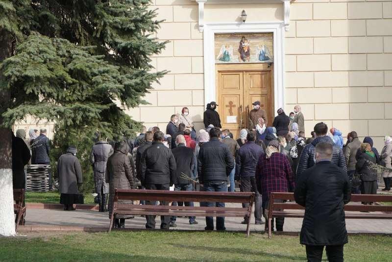 В Черновцах люди идут в храмы, несмотря на карантин / фото: acc.cv.ua