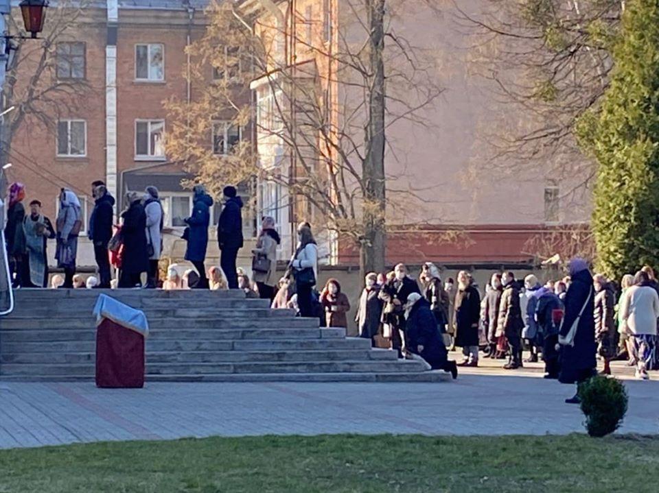 Прихожане УПЦ МП, несмотря на карантин, идут вцерковь/ фото: Facebook Владислава Малиновского