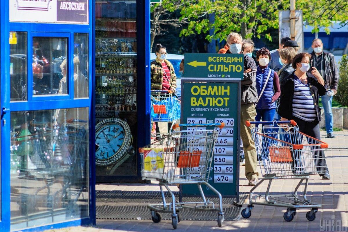 В Україні продовжує дорожчати валюта / фото УНІАН
