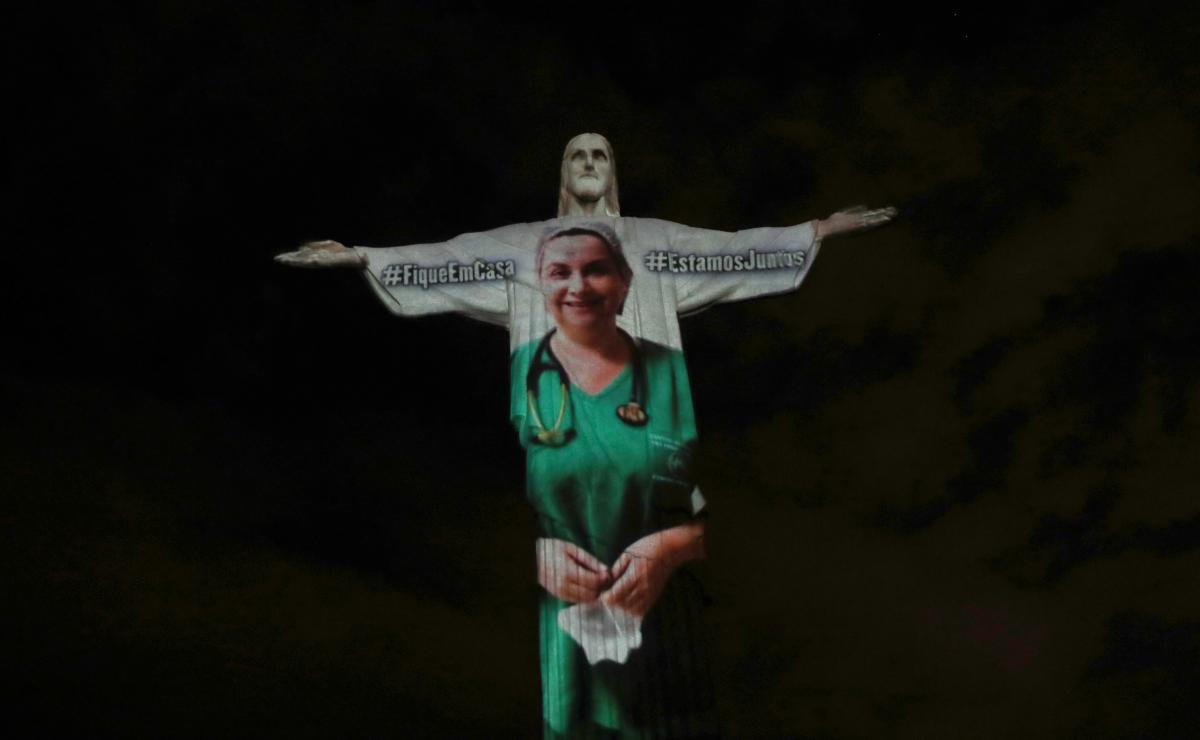 Также в Рио почтили врачей / Фото REUTERS