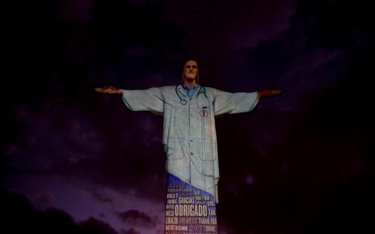 На статую Христа одели халат врача / Фото REUTERS