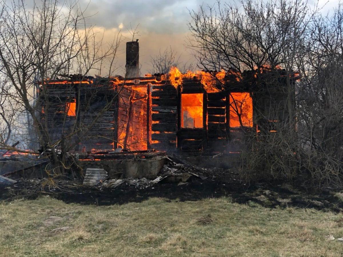 Огонь охватил здания жилого сектора / фото: zt.dsns.gov.ua