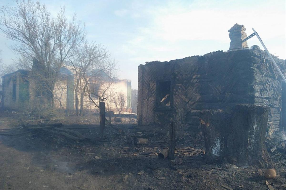 Внаслідок пожежі згорів будинок і дві господарські споруди / фото УДСНС в Чернігівській області
