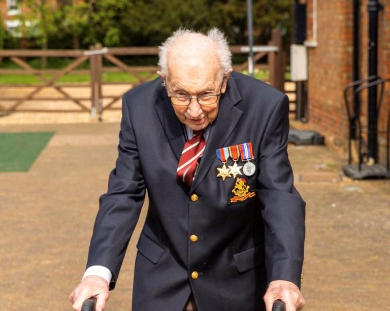 Ветеран Том Мур хотел собрать деньги на поддержку врачей, которые сейчас борются с COVID-19 / Фото: bbc.com